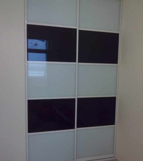 Встроенные шкафы-купе-Шкаф-купе из стекла с Oracal «Модель 63»-фото4